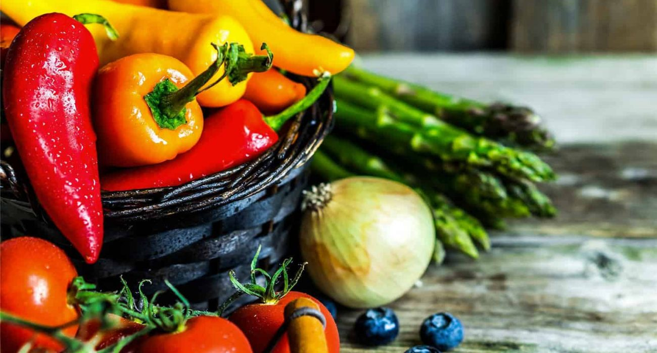 Picture of colorful nutrient-rich vegetables that are high in antioxidants